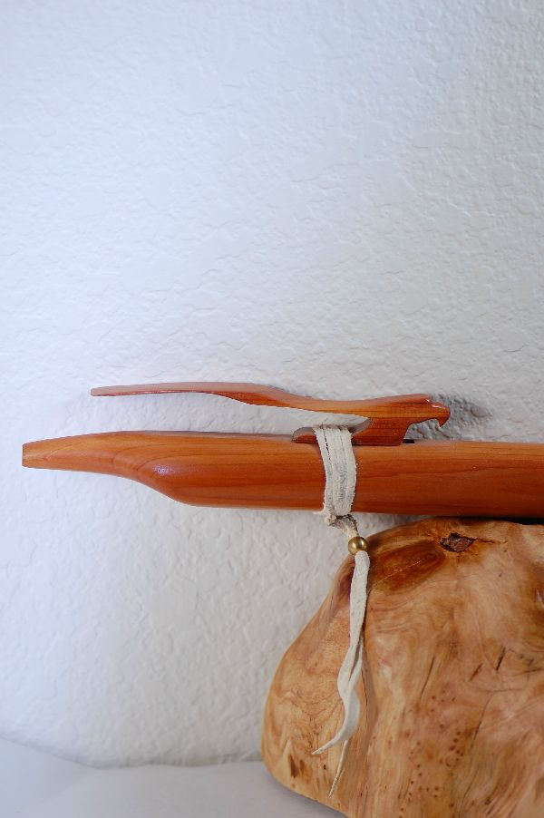 Navajo – Aeromatic Cedar Handmade Flute with an Eagle Effigy